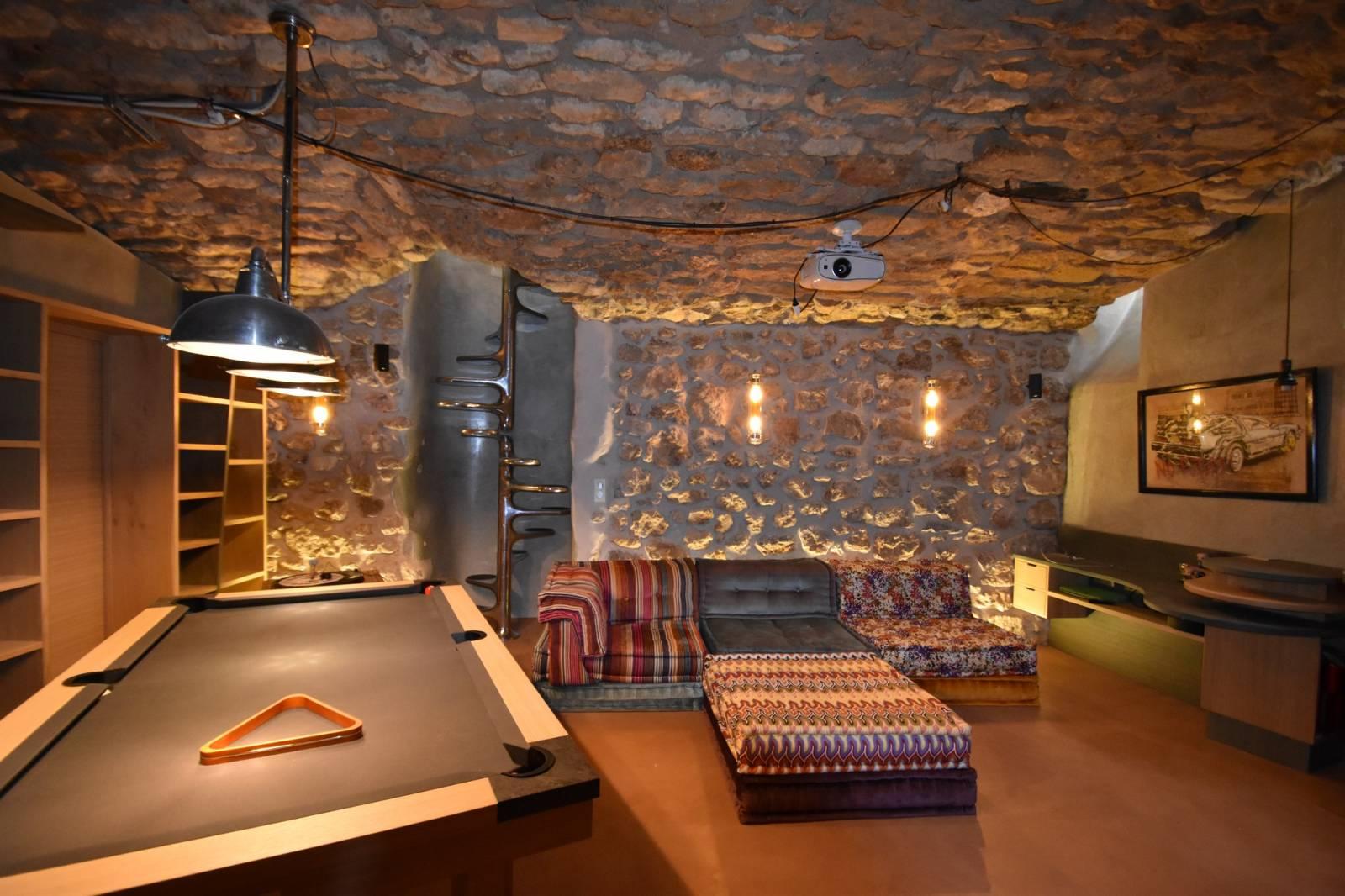 transformation d 39 une cave en salle vid o salle de jeu. Black Bedroom Furniture Sets. Home Design Ideas